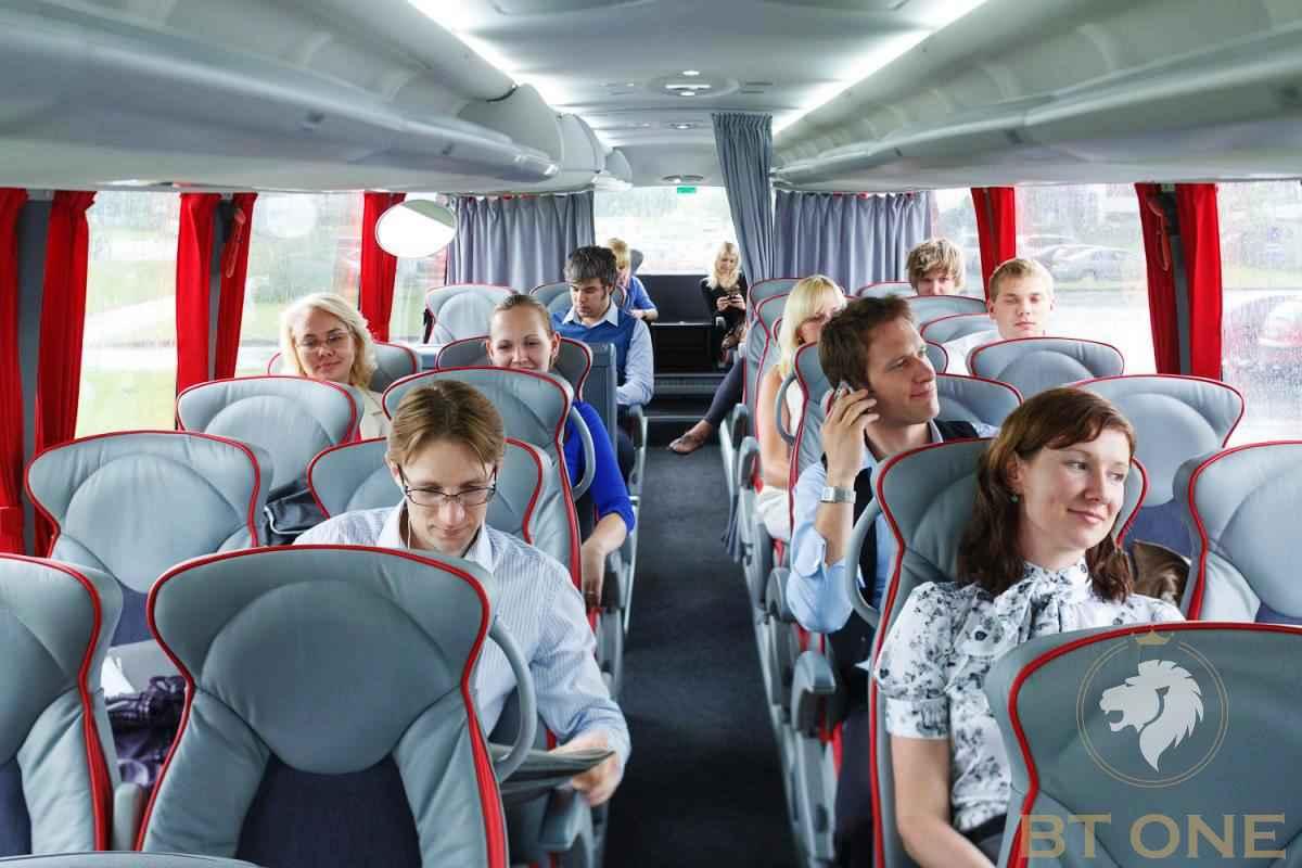 pasaziry v avtobuse